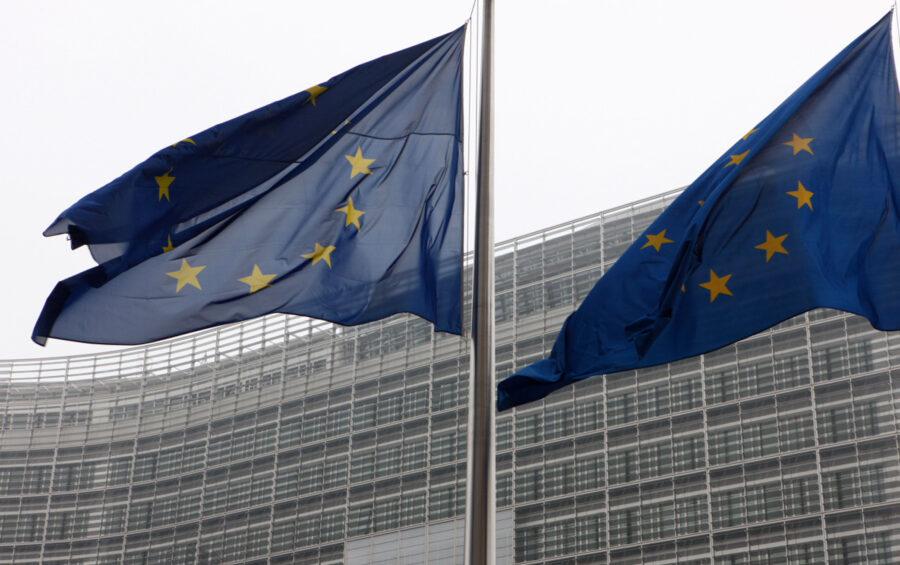 Bruxelles - Palazzo Berlaymont sede della Commissione europea - Bandiere Unione Europea con le stelle