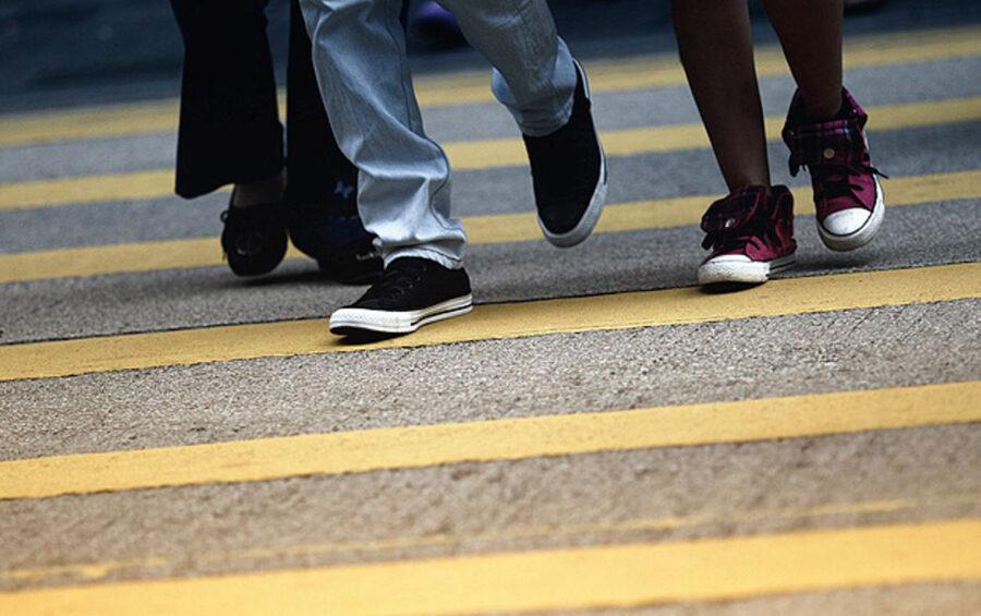 Passi. Piedi. Cammino. Giovani. Strisce pedonali.