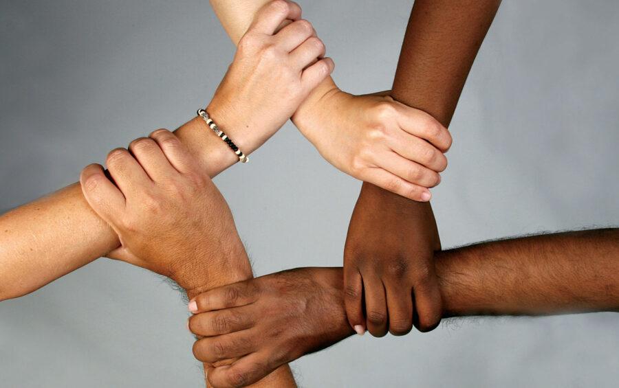 Mani. Braccia. Abbraccio. Unità. Pace. Solidarietà. Forza. Legame. Integrazione. Amicizia.